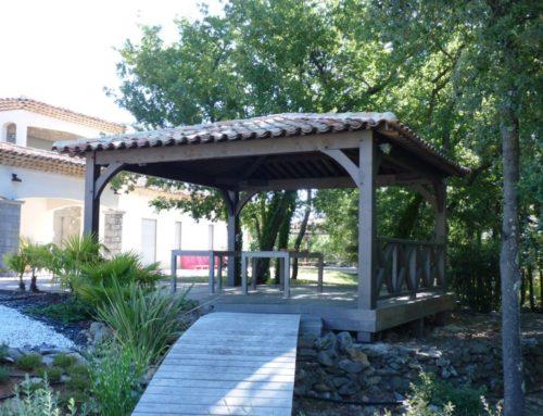 Le kiosque en bois, un abri décoratif